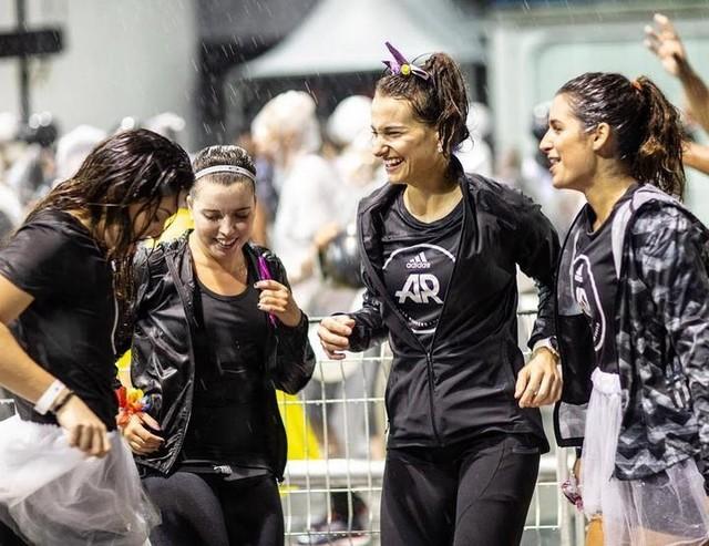 A comemoração pro carnaval já começou por aqui e aí? . . Além de prestigiar o ensaio das escolas de samba, ainda rolou um corre de 4km. Corrida + carnaval parece a combinação perfeita, não é mesmo? 🎊🏃🏽♀️👌🏻 . . #elasquevoam #adidasrunnerssp #adidaswomen #carnaval2019 adidasbrasil