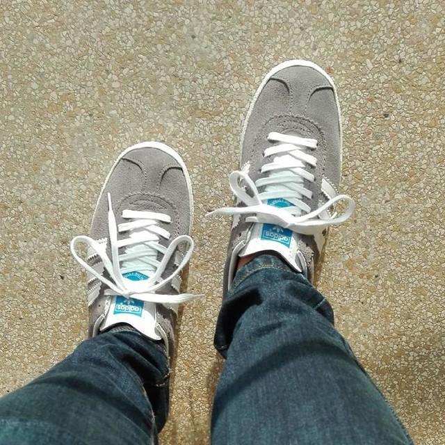 Bom dia! 👟 ☀ * * * * * * * * #ootd #outfitoftheday #sun #sol #sunnyday #todayslook #todays #todaysdetails #shoes #tifosi #adidas #gazelle #grey #bluejeans #picoftheday #photooftheday #instadaily #instagram #haveaniceday  #details #jeans #adidasgazelle #nofilter #girl #bomdia #goodmorning #girlshoes #shoes #womenshoes #adidaswomen