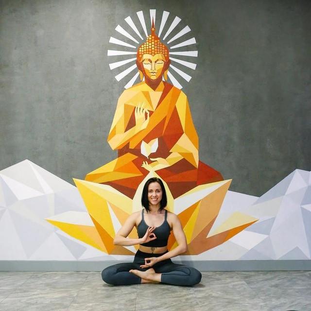 НОВОЕ ZАНЯТИЕ Jivamukti Yoga 🧘🏻♀️ Йога - не религия, relax😏 Это школа практической философии, бонусы от которой придутся по вкусу каждому🔥: гибкое подтянутое тело и антистресс терапия большого города! ⠀ Дживамукти🌿 - это особое направление, помогающее сделать традиционные методы йоги частью современной жизни, не забывая о древней и главной цели йоги - состояния осознанности и реализации🐣->🐥 ⠀ Познакомиться с нашим потрясающим преподавателем Софией sofia_serafimovich нужно по расписанию: ⠀ ⏰12:00 вск ⏰20:30 вт, чтв ⠀ Можете прогулять практику, тогда нам София будет делать массаж с лавандовым кремом дольше 🤪 ⠀ Кто знает про направление Jivamukti Yoga? ⬇️ Если поймем, что ты знаешь больше нас, приходи на массаж!