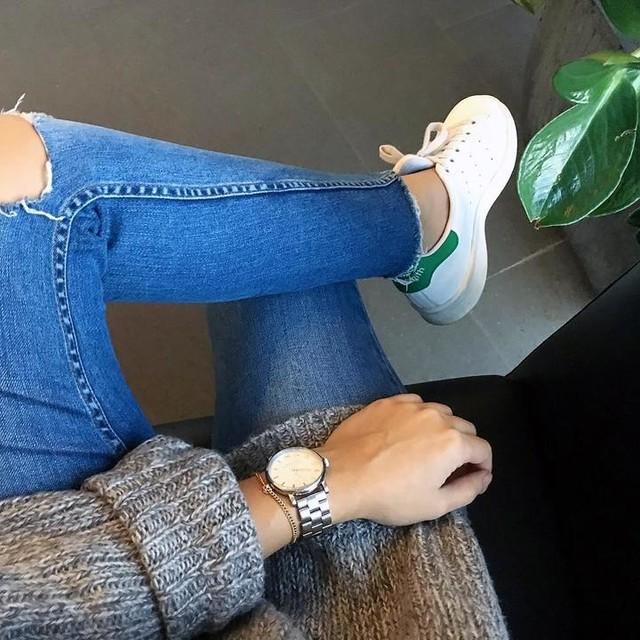 """Details am Dienstag 🌿 das ist eher so das """"Arbeit gehen"""" Outfit, ganz gechillt.  So ich hab jetzt Feierabend und es geht gleich erstmal zum Sport, die kleine @rapalma wieder quälen. hihi 💋 Ich wünsche euch auch noch einen schönen Abend.  #outfit #details #picoftheday #ootd #outfitoftheday #wiwt #happy #girl #stansmith #adidas #marcjacobs #watch #working #feierabend #knitwear #love #liebe #life #goodtimes #fashion #fashionista #picoftheday #instagood #instadaily"""