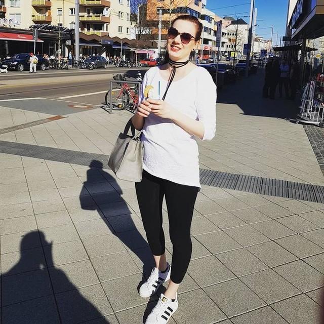 Sunshine and ice cream... life is good ☉🍦 #me #sunshine #summer #happy #enjoy #icecream #kassel #photooftheday #outfitoftheday #adidassuperstars #sunglasses #choker #redlips