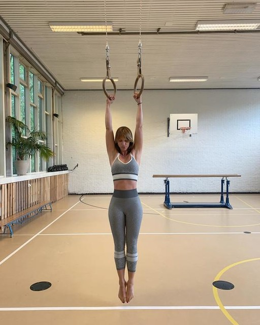 Hanging will make your shoulders bulletproof. Begin with hanging from a pull up bar or rings with your shoulder in a passive hanging postition. Try to hold 1 minute. Your grip will also benefit from this exercise. adidaswomen het_gymlokaal  adidas #adidaswonderlust