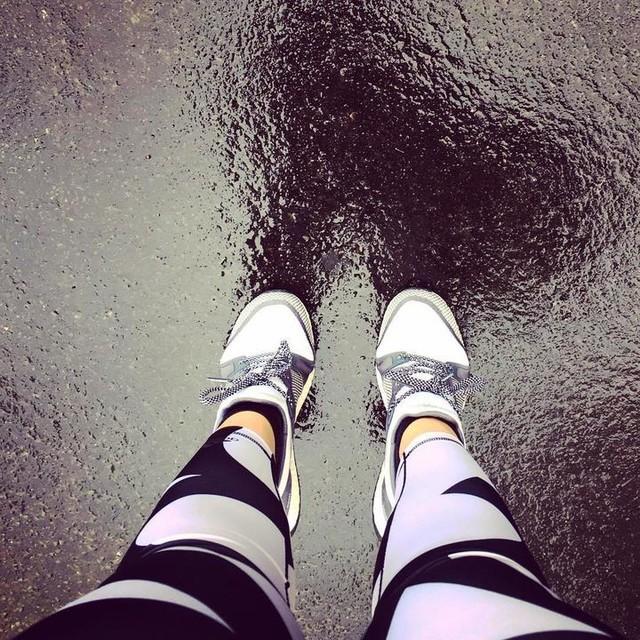 Les petites dernières 👟👟assorties au legging 👌🏼• pureboost x training = 👩🏼⚕️pas hyper ravie, pieds pas maintenus, pas très confortables😕 • l'esthétique passe avant le reste et c'est dommage • retour au cours de danse aujourd'hui 💃🏼et le pump pour continuer la progression renfo 🏋🏼♀️• #whyirunparis #whyirunbirhakeim  #training #running #runners #trainhard #run #squadrunner #shape #fit #workout #instarunners #fitness #adidaswomen #adidasrunning #pureboostx #pureboost #adidas #runparis
