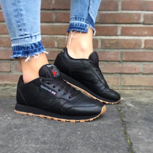 Reebok leather classics 🏴🇬🇧 That gum sole pops tho 😍 . . #reebok #reebokclassic #reebokleather #leather #black #gumsole #classic #sneaker #sneakergirl #whatsurgirlwearing #sneakerhead #sneakeraddict