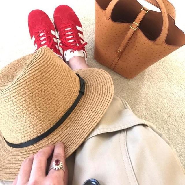 娘もお揃いの赤い靴があります。 明日の土曜日は一緒に着て出かけようか^_^ #アラフォーコーデ #ママコーデ #アディダスガッツレー #アディダス #エルメスピコタン #エルメス大好き #トレンチコート #お出かけスタイル #オーストリッチ #カンカン帽 #着回しコーデ #春コーデ #エルメス中毒 #足元倶楽部 #hermesgold #picotinostrich #hermeslover #adidas #adidasgazelle #outfitoftheday #picotin22