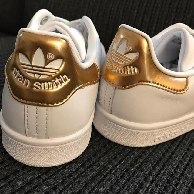 👟Stan Smith👟 . 通りがかった靴屋さんで見つけた アディダスStan Smithゴールド☆ 私より旦那が欲しがったけど、そのお店レディースシューズのお店…笑 それで何だか分からないけど『珍しいから、これは買っとき。買ったるし!』 って言ってくれるもんだから😙✌️ こう言うのは何ていうの??タナボタ??笑 . #普通で販売してる商品より少し高め #でも買ってもらったから関係ないよね #だから調子乗って #他に2足も買っちゃったよ #ご心配なく #スニーカーばっかりじゃないよ #それはパンプスね . #アディダス#adidas#スタンスミス#Stan Smith#スニーカー#sneakers#ゴールド#gold