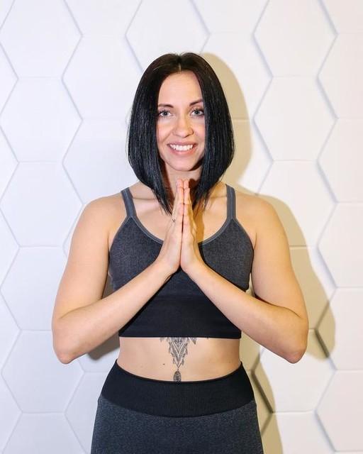 """Z-ОМ от Софьи научит управлять миром🚀 Стоит только изменить своё восприятие, как Yoga исполнит все желание и: ⁃ комплексно улучшит состояние организма ⁃ увеличит внутреннюю энергию ⁃ уравновесит нервную систему 🧘🏼♀️ ⠀ Софья sofia_serafimovich практикует направление Jivamukti по вт, чтв в 20:30, вск 12:00 и рассказывает о 5 принципах, на которых основана эта практика: ⠀ ✨Ахимса - этичный образ жизни, который приносит минимально вреда другим живым существам. ⠀ ⚡️Нада - развитие в себе умения слышать (единый вселенный голос). ⠀ ✨Дьяна - практика медитации. ⠀ ⚡️Шастра - изучение священных текстов как первоначального источника знаний. ⠀ ✨Бхакти - Посвящение практики высшему """"Я"""". Преданность Богу. Формирование бескорыстного намерения. ⠀ ✍🏼Рассказывай о своём намерении на лето в комментариях. Среди нас есть волшебники - парочку исполним ✅"""