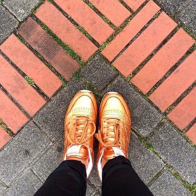 [ reebok ] on { paving.stones } ❤️ Thanks for being part of my project @alinawhoo ✌🏼#copper #reebok #pavingstone  #pavement #essen #essencity #ruhrgebiet #rhgbt #sneakers #turnschuhe #fromwhereistand #sneakersonfloors #sneakerlove #sneakeraddict #sneakerlover #turnschuhliebe #mayassneakersonfloors #👟