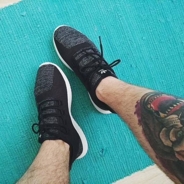 Keď máš zlý deň, choď, kúp si niečo pekné pre seba 👟 #adidas #tubular #shadowknit #dnesobuvam #tattoo #legtattoo #aladinovkoberec #nohyakoslon #aspoňnespadnem