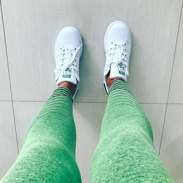#stansmith 🤘🏼 ... #chillvibes with these #kicks ... #adidas #casual #sneakers #leggings #mood #fashion #stylist #designer #SarahsStyle #blogger #trendsetter 🍀