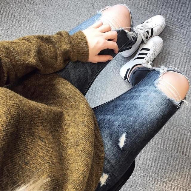 Bonjour Bonjour ! Pretty Little Sneakers est ma galerie de photos perso : j'y regroupe mes coups de coeur, mes derniers achats... bref tout ce qui concerne de près ou de loin la basket 👟 Bienvenue ✌🏻 🇬🇧 Hello hello ! Pretty Little Sneakers is my personal photo gallery : I'll post here my favorite Sneakers, my purchases... in short : everything concerning sneakers 👟 Welcome ✌🏻 #sneakers #adidas #superstar #ootd #adidassuperstar #prettylittlesneakers